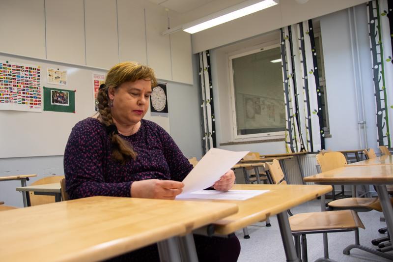 Kaikukortilla voi hankkia myös kansalaisopistojen kurssipaikkoja. Kaisa Saavalainen käy Kaikukortilla Kokkolan seudun opiston järjestämällä englanninkielen ryhmäkeskustelu-tunneilla.