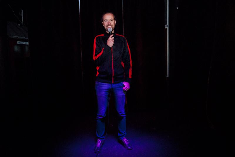 Pari vuotta stand up -komiikkaa harrastanut Tom Ingo hankkii materiaalinsa arkielämästä: parisuhteesta ja perhe-elämästä.