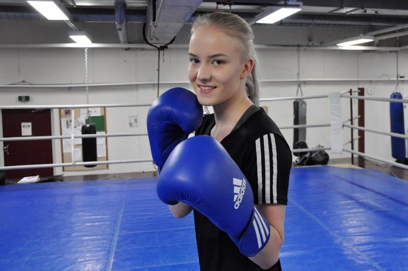 Olivia Kiviniemi tykkää treenata jäähallin nyrkkeilysalilla, josta löytyy kaikki harjoitteluun tarvittava.