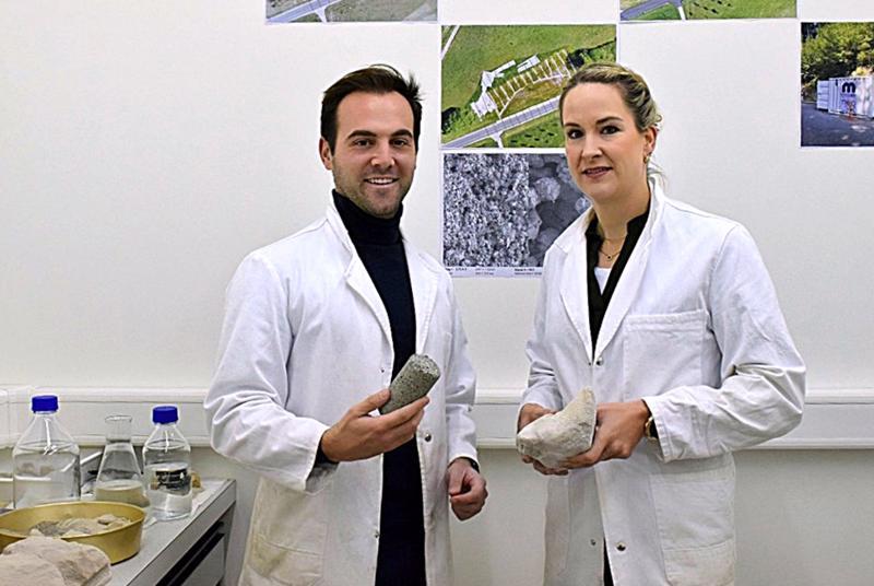 Medusolin toimitusjohtaja Dimitrios Terzis esittelee teknologiajohtaja Maren Katterbachin kanssa näytettä kiinteytetystä maaperästä. Medusoilin biokemiallinen menetelmä maaperän vahvistamiseksi on kehitetty Lausannen kuuluisassa EPFL-yliopistossa.