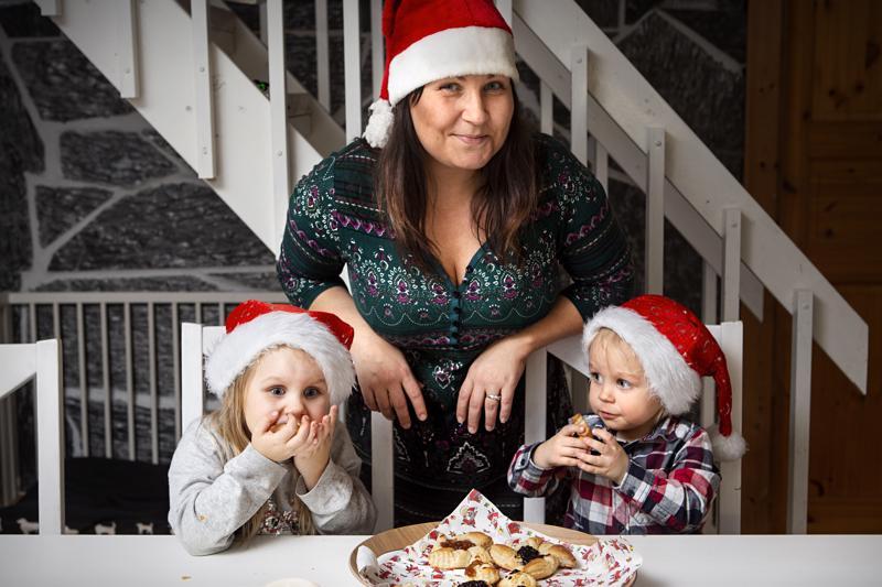 Neljävuotias Menni (vas.) vastaa Saraluhdan perheessä joulutorttujen tekemisestä kaksivuotiaan Nuutin (oik.) ollessa enemmänkin joulutorttutaikinan maistelijan roolissa. Kuvassa keskellä perheenäiti Ilana Saraluhta.
