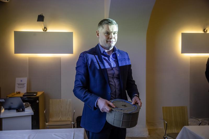 Leijona Instituutin toimitusjohtaja Juho Kalliala esitteli keksimäänsä hyppypanosta Puolustusministeriön edustustilassa viime maaliskuussa.