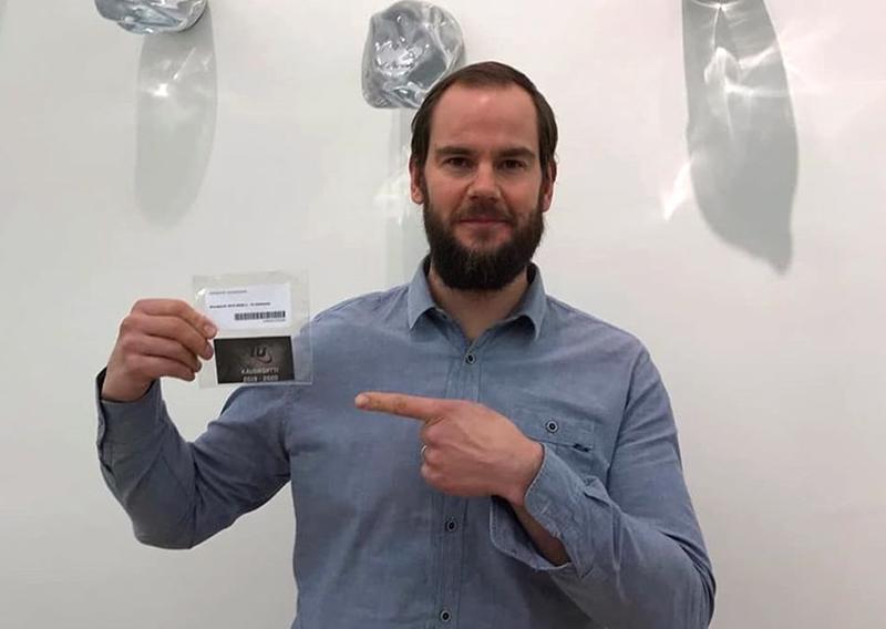 Toholammin Urheilijoiden pelaajavalmentaja Harri Keskisipilä esittelee kirjastosta lainattavaa kausikorttia.