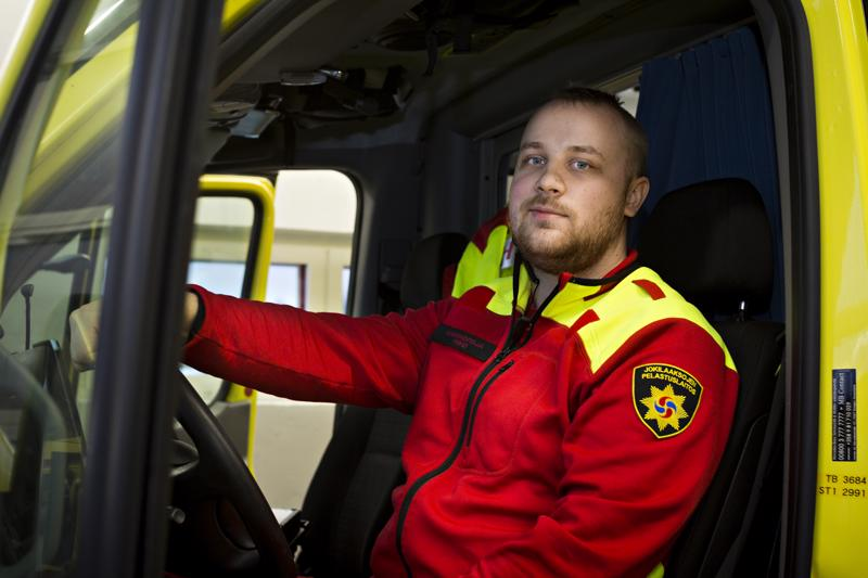 Ensihoitaja Niko Laukkanen on työskennellyt Jokilaaksojen pelastuslaitoksen Kalajoen asemalla toukokuusta lähtien.