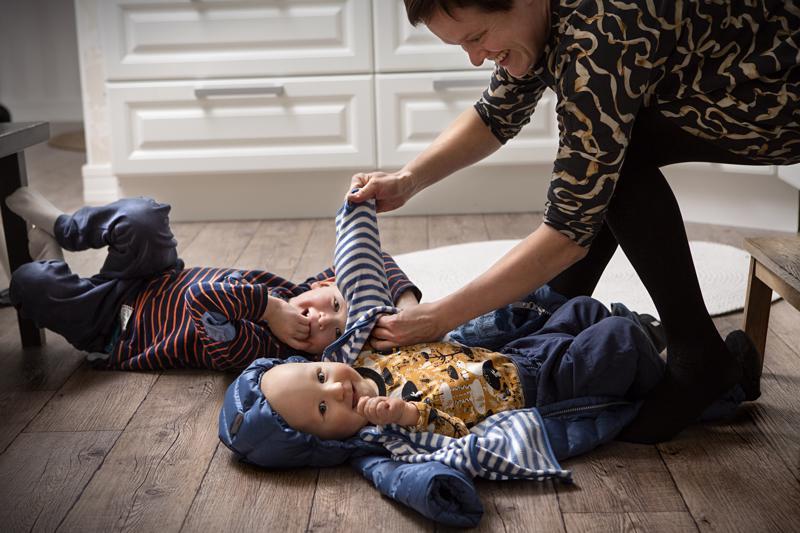 Pian vuoden vanha Kuutti ja 6-vuotias Karel sairastavat Fragile-X-oireyhtymää. Vaikka Alli Koivisto on Karelin omaishoitaja, hän nostaa äitiyden etusijalle.