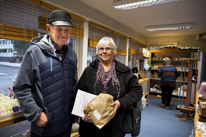 Pirkko ja Eero Hernetkosken mukaan Nivala-Puodista lähti pussillinen ruisleipää sekä Etelä-Pohjanmaalta Nivalaan muuttaneista kertova kirja.