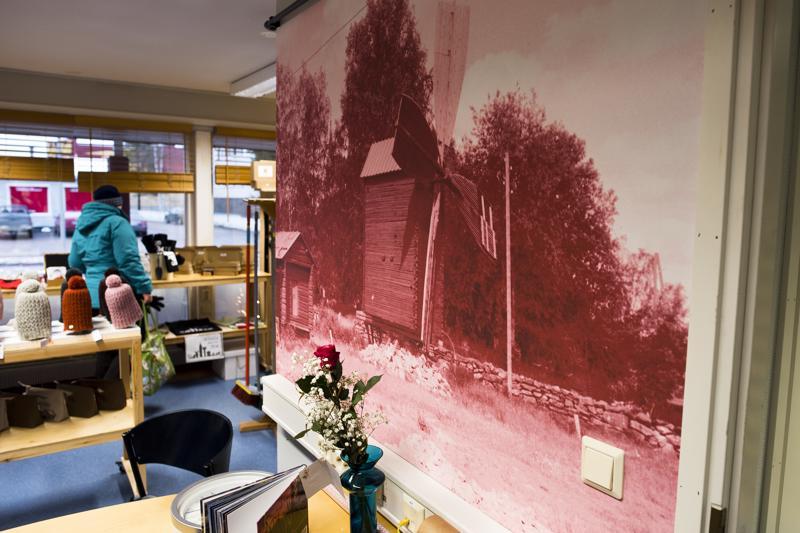 Nivala-Puodin seinältä löytyy komean kokoinen kuva Tuulimyllypuiston maamerkistä. Samainen mylly löytyi myös avajaiskävijöille tarjotuista pipareista.