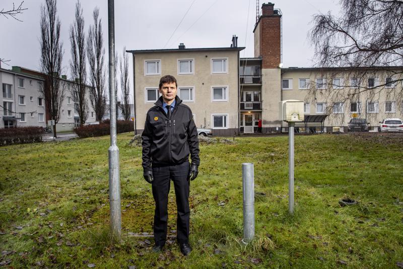 Tästä se lähtee. Pelastuspäällikkö Jouni Leppälä seisoo paikalla, johon  tammikuun alussa ryhdytään rakentamaan kalustovarastoa. Huhtikuussa aletaan purkaa vanhaa paloasemarakennusta.