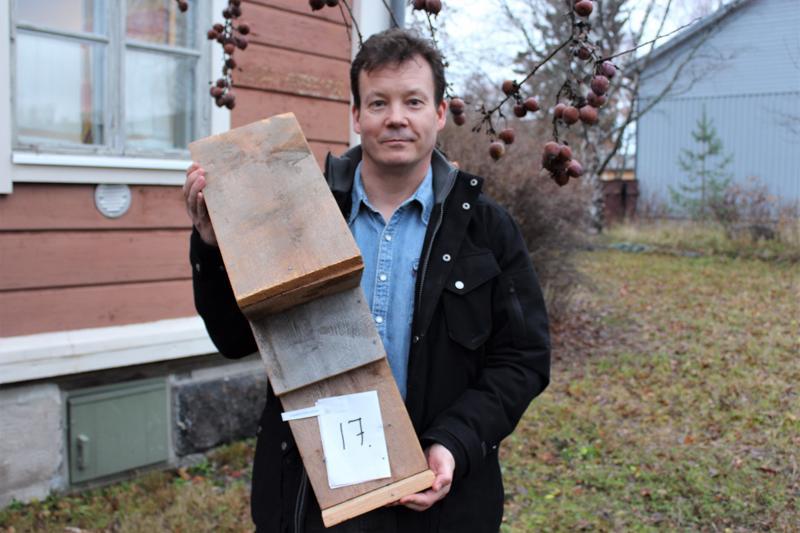 Puheenjohtajana Pietarsaaren Luonto ry:ssä toimiva pietarsaarelainen Pontus Blomqvist pitelee käsissään lepakoille ja liito-oraville tehtyä pönttöä.