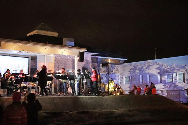 Jouluavajaisissa nähtiin videotaidetta puhallinorkesterin säestyksellä.