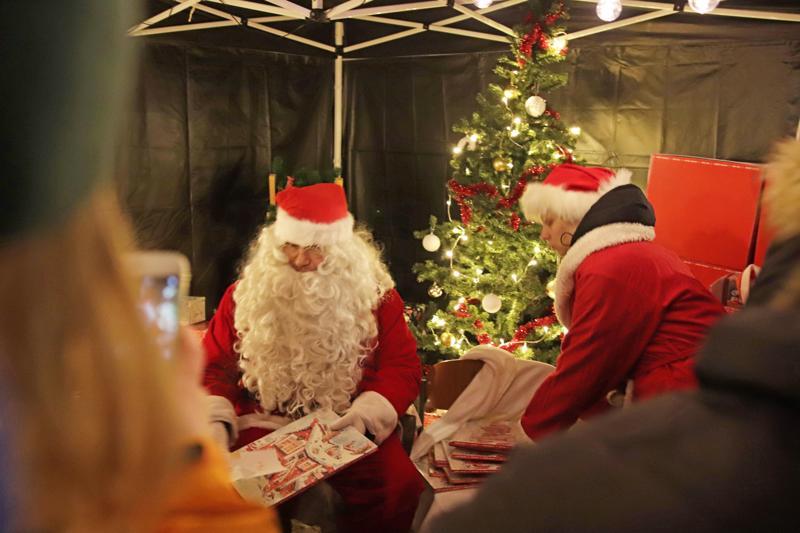 Joulupukilla ja tontuilla oli heti avajaisten alusta lähtien paljon tehtävää.
