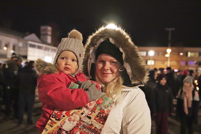 Emmi Järvikuona ja Neela Alpua saivat joulukalenterin kotiin vietäväksi.