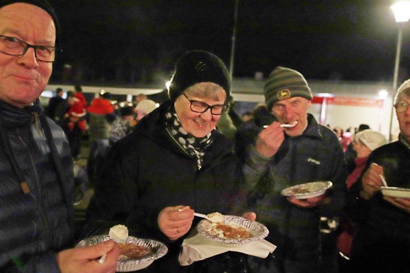 Markku Ojalehto, Merja Ojalehto, Vilho Linna ja Liisa Linna kehuivat joulupuuroa ja joulun avajaisia.