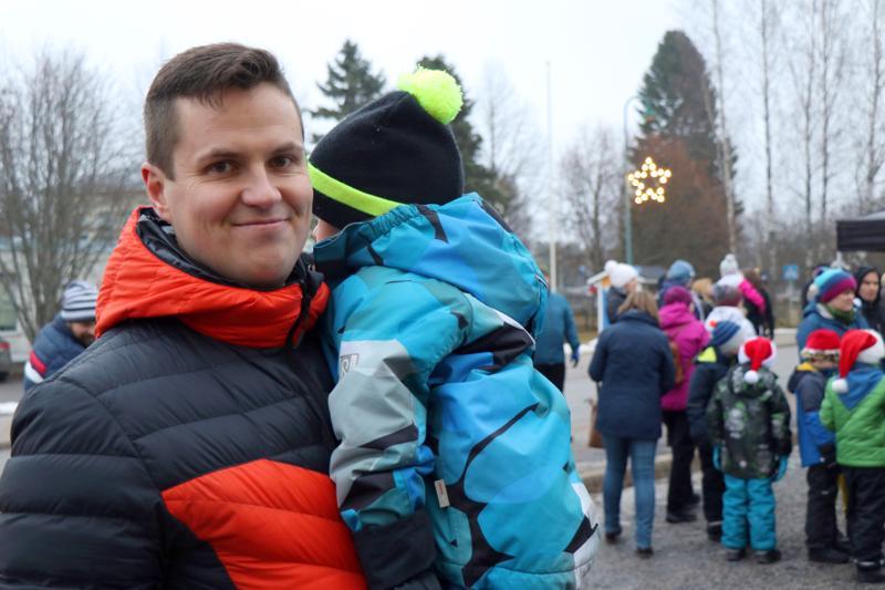 Keväällä Vetelin Energian toimitusjohtajana aloittanut Antti Kettu piti Vetelissä joulunavauspuheen. Sylissä Saku-poika.