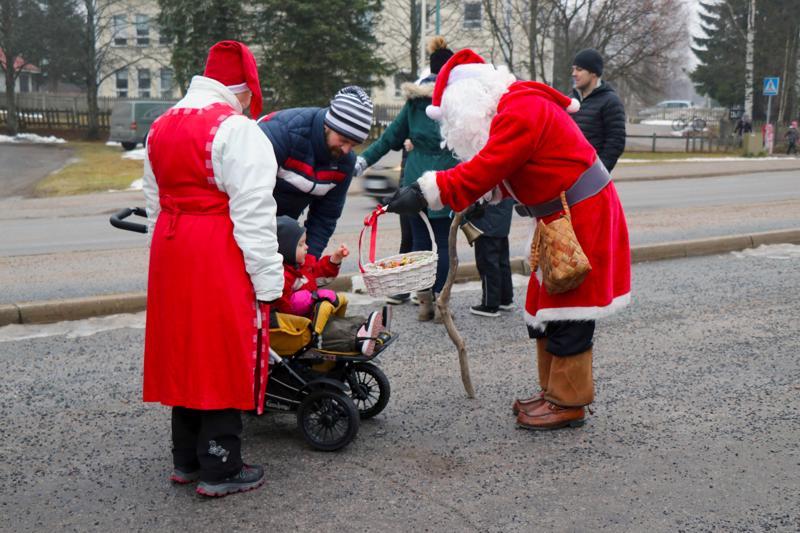Myös joulupukki vieraili Vetelin joulunavauksessa.