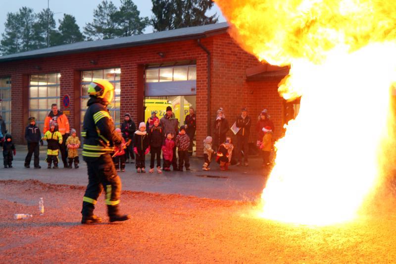 Palokunnan ryhmänjohtaja Pasi Hautala näytti, millainen vaaratilanne syntyy, kun rasvapalon yrittää sammuttaa vedellä. Oikea sammutustapa on tukahduttaminen.
