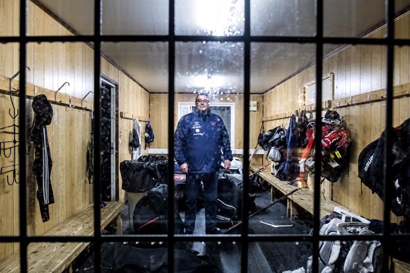 Petri Torkinlampi Kokkolan kakkosjäähallin karussa pukuhuoneessa. Kakkoshallissa ei ole suihkuja eikä vessoja.