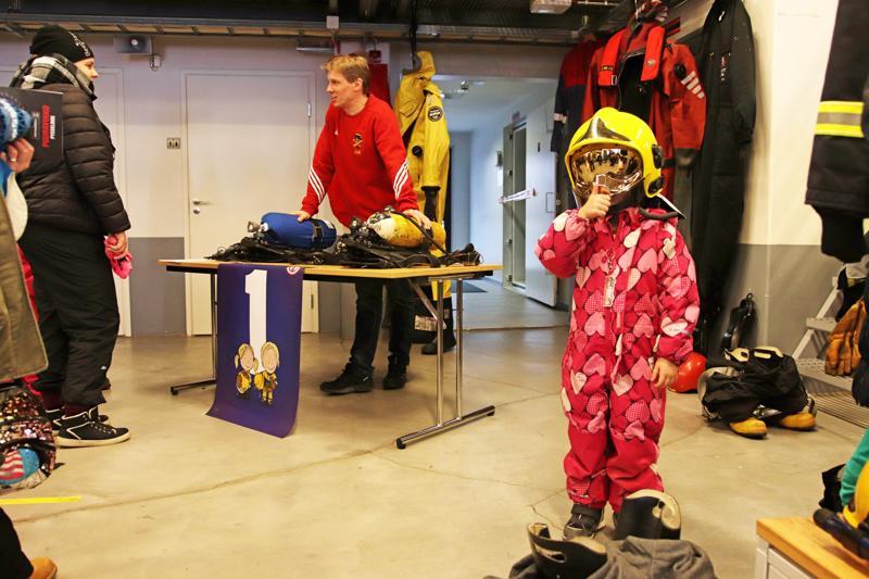 Jani Mäkisen opastamalla rastilla pääsi kokeilemaan palomiesten varusteita.
