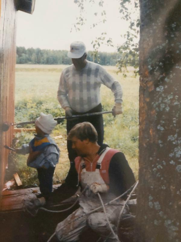 Maalareita kolmessa sukupolvessa: Edvin Tokola maalamassa seinää yhdessä poikansa Tenhon ja hänen poikansa Miikan kanssa.