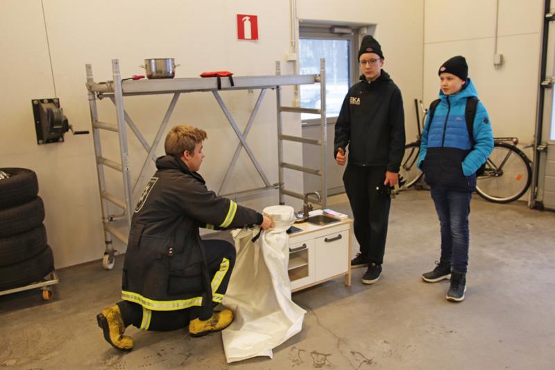 Jaakko Uusimäki, Jalo Harjula ja Nikolas Hautamäki ja oikea tapa sammuttaa rasvapalo sammutuspeitteellä.