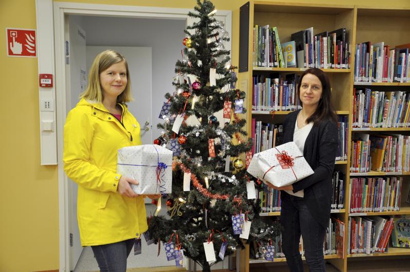 Jouluiloa. Laura Remesaho ja Tiina Keskisipilä toivovat Toholammin kirjastoon pystytetyn joulupuun juurelle tulevan paljon paketteja lasten ja nuorten iloksi.