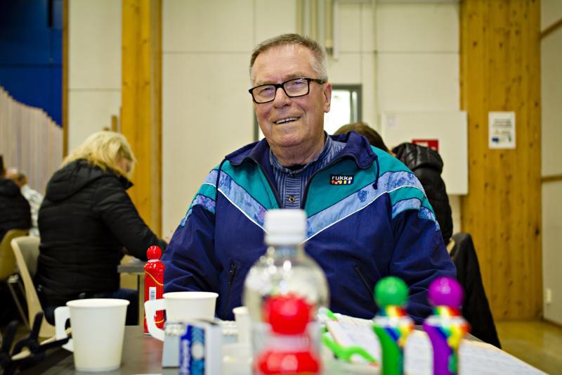 Kalle Lehtonen käy bingossa pari kertaa viikossa. Vakiopaikkoina ovat Raution ja Alavieskan bingot, joista kuva viimeksi mainitusta.