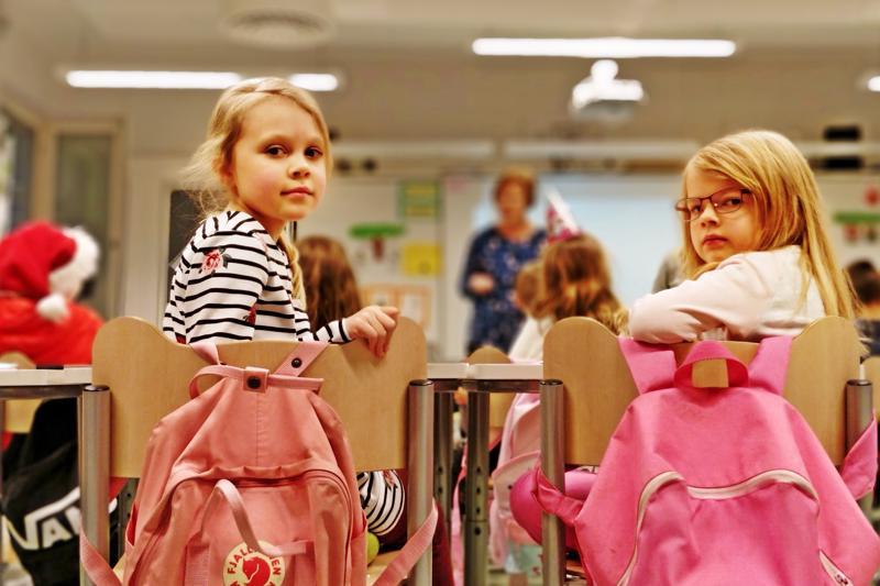 Elli ja Alina käyvät Länsinummen koulua ensimmäisellä luokalla. Lukujärjestykseen kuuluu yksi viikotunti ruotsia aikanaan myös  tokaluokalla, kolmannella kolme.