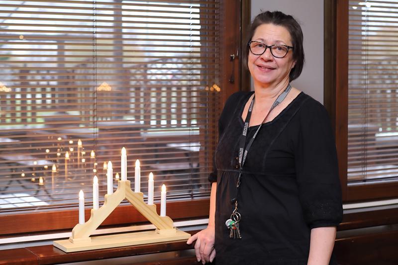 Nivalan Puustellin ravintolapäällikkö Teija Järvenpää sanoo, että pikkujoulut kuuluvat suomalaiseen joulunodotukseen ja ne ovat iloinen juhla, vaikka nykyään niitä vietetään usein joululounaan merkeissä.