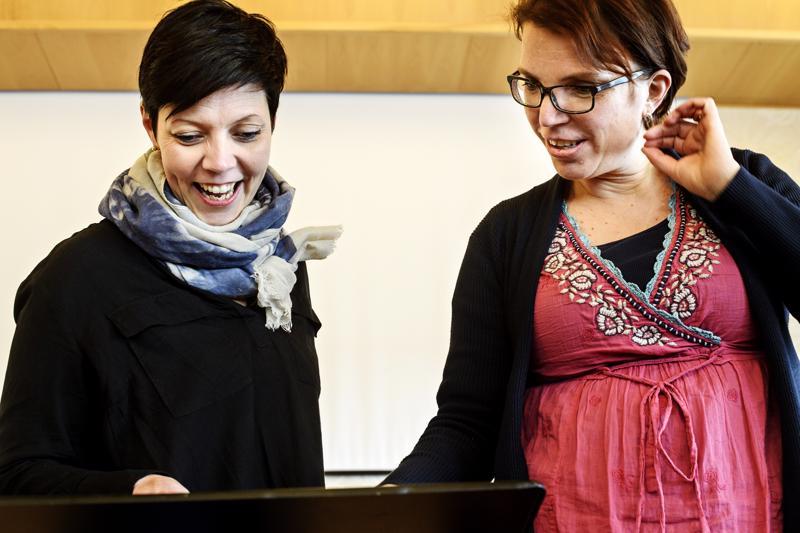 Mari Sillanpää ja Heli Uusimäki laulavat Hehku ensemblessä.