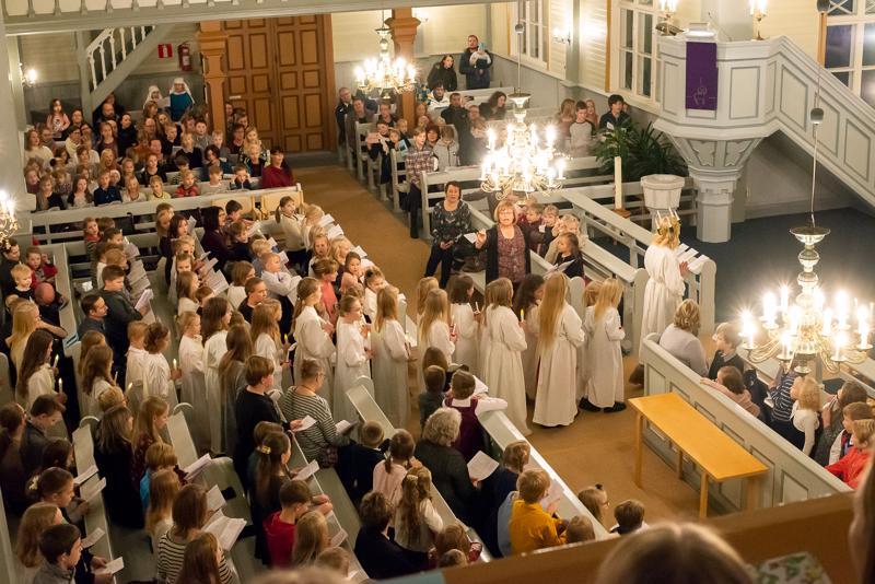 Lucia-kulkue Reisjärven kirkossa viime vuonna. Tänä vuonna koulun joulujuhlaa ei kirkkoon viedä.