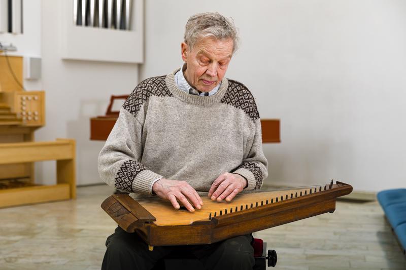 Pertti Hankonen soittaa kannelta lähes päivittäin. Launataina julkistetaan hänen kirjoittamansa kirja alueen kantelehistoriasta.
