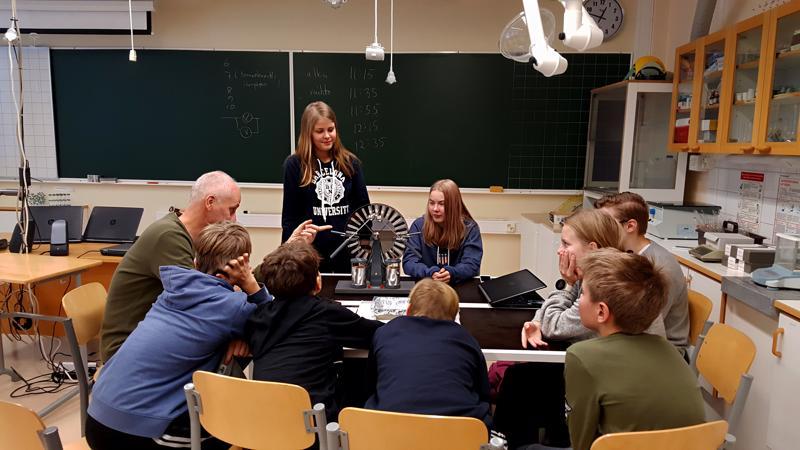 Viola Pesonen ja Krista Nykänen esittelivä teknologiamessuilla  influenssikoneen toimintaa.