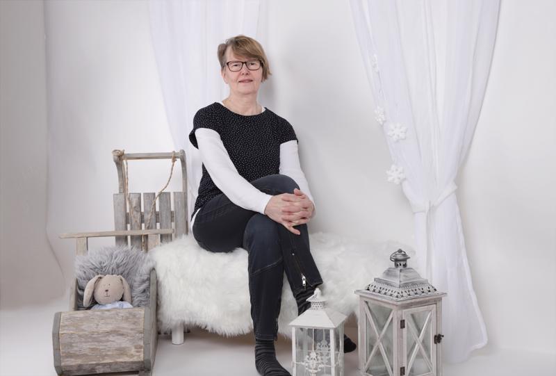 Joulun lähestyessä studion nurkkaan on kerääntynyt sopivaa rekvisiittaa, jonka keskelle Eeva-Liisa Luoto asettui itsekin kuvattavaksi.