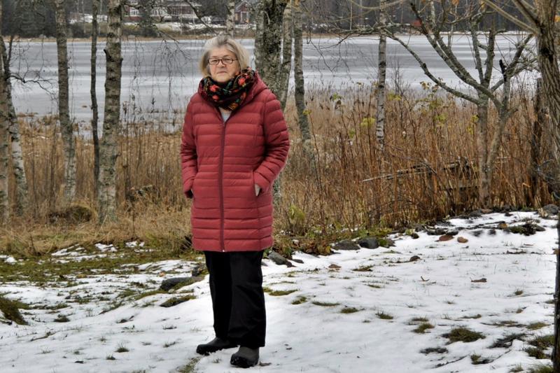 Tuula Emas nauttii kotipihalta avautuvasta järvinäkymästä Iskmosundetille kaikkina vuodenaikoina. - Viihdyn  maaseudun rauhassa. Kaupunki olisi minulle vaikeampi paikka asua.