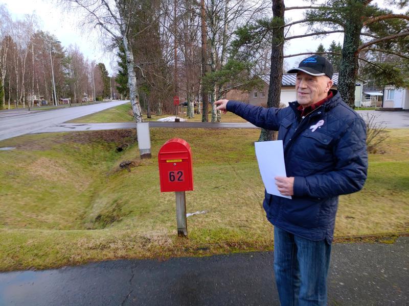 Matti Myllymäki näyttää, missä ambulanssi kiersi ja etsi taloa ennen kuin lopulta löysi oikean paikan. Talon osoitenumero on erittäin hyvin esillä.