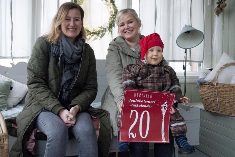 Heidi Nyblom Kuorikoski ja Leena Paananen sanovat, että joulukalenteri on perinne, josta vanhassakaupungissa ei haluta luopua.