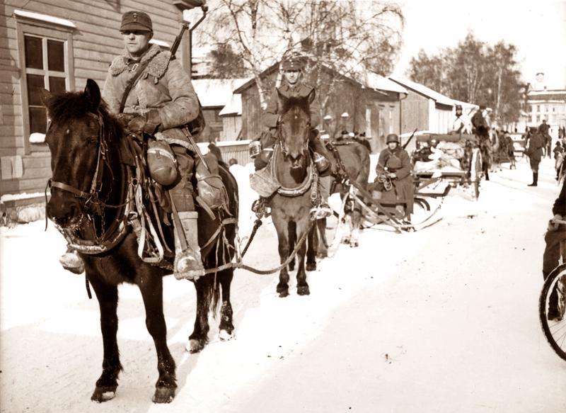 Alkuperäinen kuva Söderströmin osastosta, joka palaa pitkin Runeberginkatua Pietarsaareen talvisodan taisteluiden päätyttyä. Kuva on otettu maaliskuussa 1940.