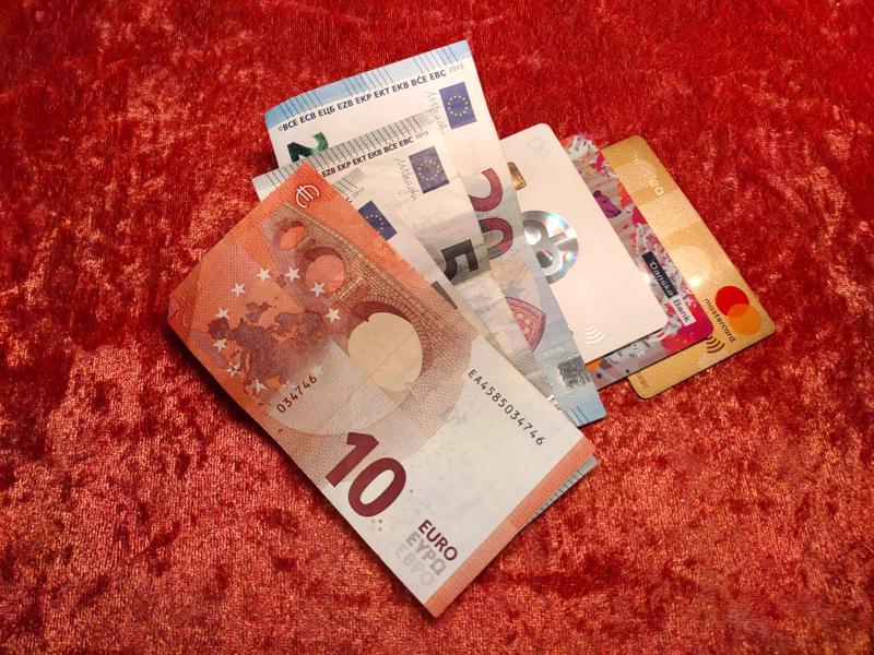 Ryöstäjät saivat saaliiksi käteistä rahaa ja pankkikortteja.