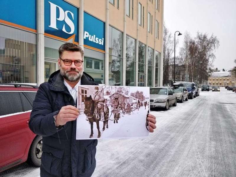 - Katumaisema  on 80 vuodessa muuttunut hurjasti, mutta olihan se todettava, että kuvan ratsastajat ovat melko tarkkaan meidän nykyisellä kotiovellamme, päätoimittaja Pentti Höri sanoo.
