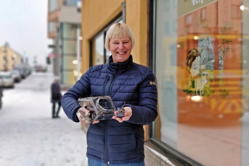 – Tarjolle Leipäkulmaan tulee myös itsetehtyjä karamelleja, esitelee Anette Bergvall-Fagerström. Näyteikkunan julisteessa näkyy Bergwallin rieskapussin uusi visuaalinen ilme; Ilvespoika Terese Bastin kuvittamana. Tuotepusseissa seikkailee  lisäksi mm. Skatan tyttö ja onpa niihin ikuistunut  myös Bockabro Pedersören Kiiskiltä.