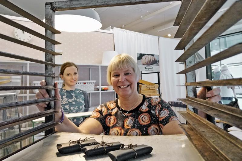 Anette Bergvall-Fagerström iloitsee tyttärensä Elin Blomqvistin kanssa leipäpuodin toteutumisesta.   - Sijainti ei voisi olla parempi. Eikä myymälän nimeäkään tarvinnut hirveästi miettiä kun kerran myydään leipää kulmassa.