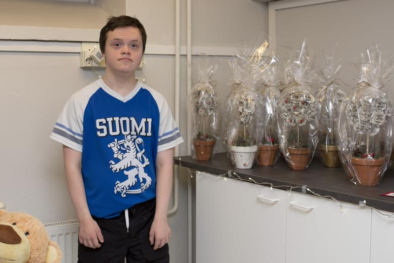 Joel Eskelinen teki myyjäisiin jouluisia kukkia vanhojen kirjojen sivuista.