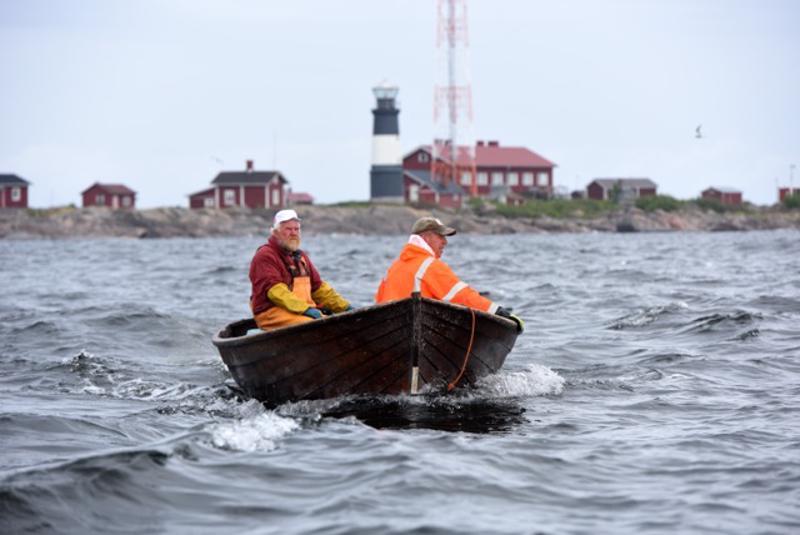Saari ja meri - kalastajat. Isä ja poika, Esa ja Olli Pirkola.
