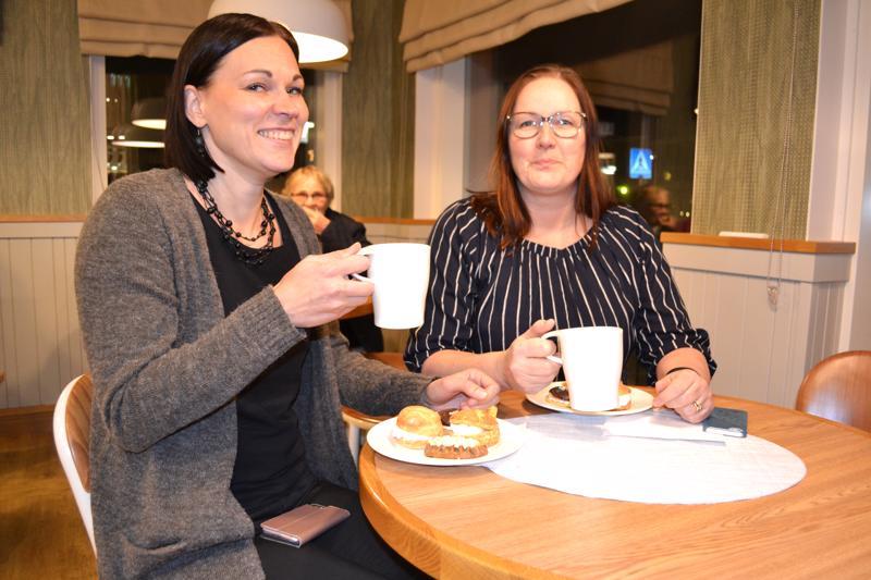 Arja Keckman-Hedetniemi (oik.) ja Anni-Mari Isoherranen nauttivat kello viiden teen aivan kuin Britanniassa konsanaan.