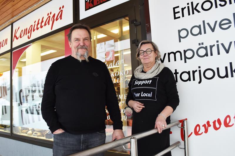 Kenkäkauppa on ollut Jorma ja Pirjo Honkalalle kuin koti 38 vuotta. Pirjo tuumii, että Pulkkilantien varastomyymälästä tulee sitten se seuraava koti. Tilojen laittelu on jo hyvässä vauhdissa.