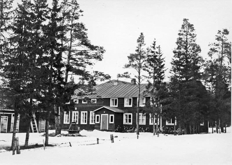 Suojeluskunnan talo eli Suojatupa sijaitsi nykyisten Niva-Kaijan koulun ja Kerttulan rakennusten välissä Talon edessä kaivo, jonka yläpuolella roikkui hälytyskellon virkaa tehnyt ratakisko.