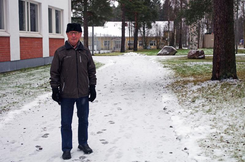 Juhani Kivijuuri seisoo selin sinne päin, missä Suojeluskunnan talo oli. Taustan männyt ennättivät todennäköisesti kasvaa talon pihapiirissä, sillä talo oli pystyssä vuoteen 1965 saakka.