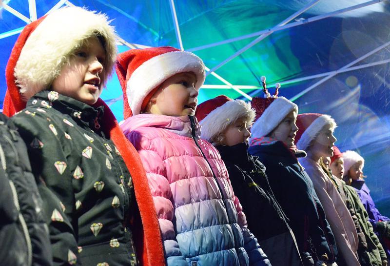 Päivärinnan lapsikuoro lauloi jouluisia lauluja pari vuotta sitten Ylivieskan joulunavauksessa.