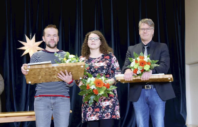 Perhossa yrittäjäpalkinnoilla muistettiin maatalousyrittäjä Lasse (vas.) ja Annukka Salmelaa sekä Perhon lääkäriaseman Juha Anttilaa.