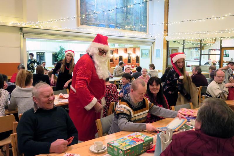 Tunnelma oli ylimmillään, kun joulupukin tuomia lahjoja avattiin ja ihailtiin.
